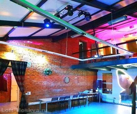зал для съемки с высокими потолками